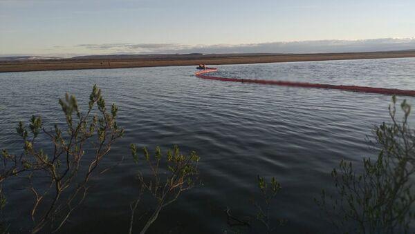 Rescatistas trabajan en el lugar de una fuga de combustible en el río después de un accidente en una central de energía en las afueras de Norilsk - Sputnik Mundo
