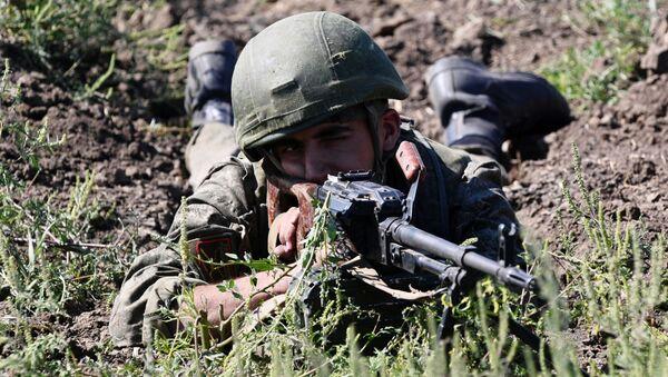 Un soldado ruso de una unidad de infantería motorizada  - Sputnik Mundo