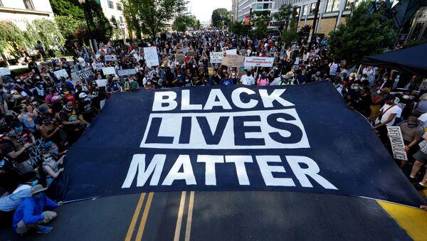Marcha de protesta contra el racismo y la violencia policial en Washington, el 6 de junio de 2020 - Sputnik Mundo