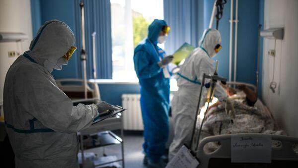 Médicos atienden a pacientes con coronavirus en Rusia - Sputnik Mundo