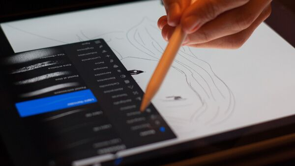 Una persona dibuja en una tableta - Sputnik Mundo