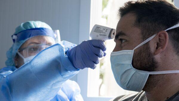 Una médico con un paciente en San José, Costa Rica - Sputnik Mundo