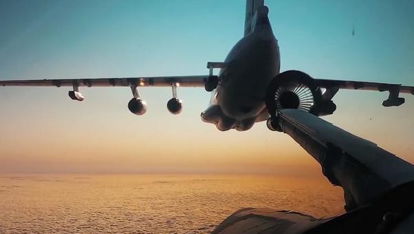 Los bombarderos Tu-160 repostan en pleno vuelo de día y de noche - Sputnik Mundo