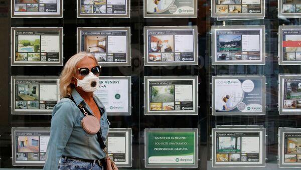 Una mujer con mascarilla en Barcelona, España - Sputnik Mundo