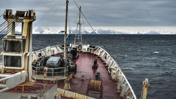 La expedición a bordo del barco oceanográfico ruso Almirante Vladimirskiy se acerca a la costa de la isla de Alejandro I en la Antártida - Sputnik Mundo