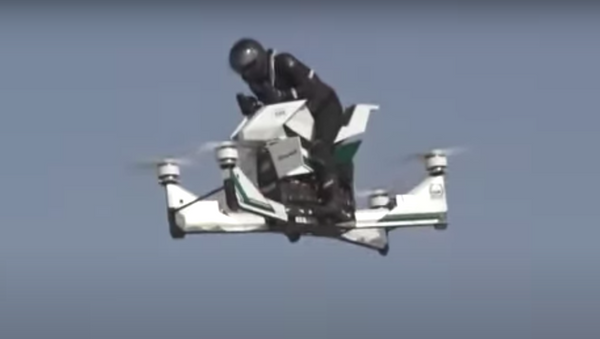 Piloto de motocicleta voladora se cae al suelo durante las pruebas del vehículo - Sputnik Mundo