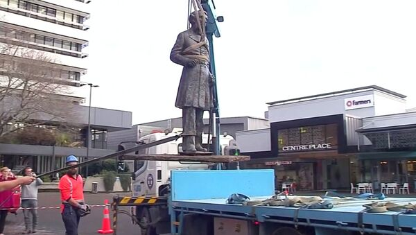 El desmantelamiento de la estatua del capitán John Hamilton en Nueva Zelanda - Sputnik Mundo