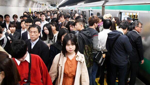 La hora pico en el metro de Tokio, Japón - Sputnik Mundo