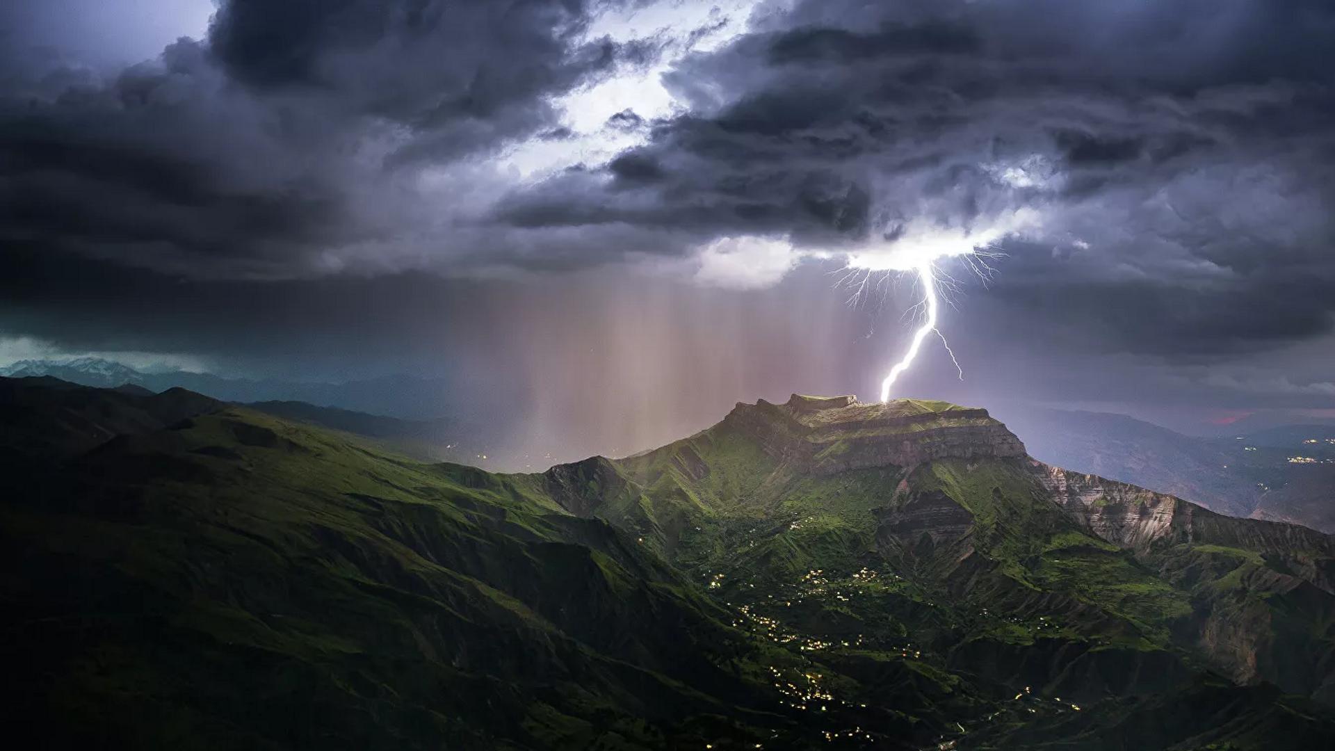 El legendario monte Montura, el más famoso de Daguestán, con un raro fenómeno de la naturaleza: un rayo que cae directamente en la cima.  - Sputnik Mundo, 1920, 23.03.2021