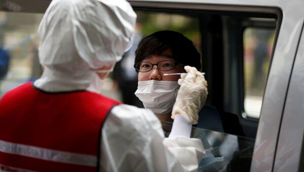El personal médico toma una muestra para detectar el coronavirus en Tokio - Sputnik Mundo