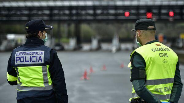 Agentes de la Policía y la Guardia Civil en la frontera de España con Francia - Sputnik Mundo