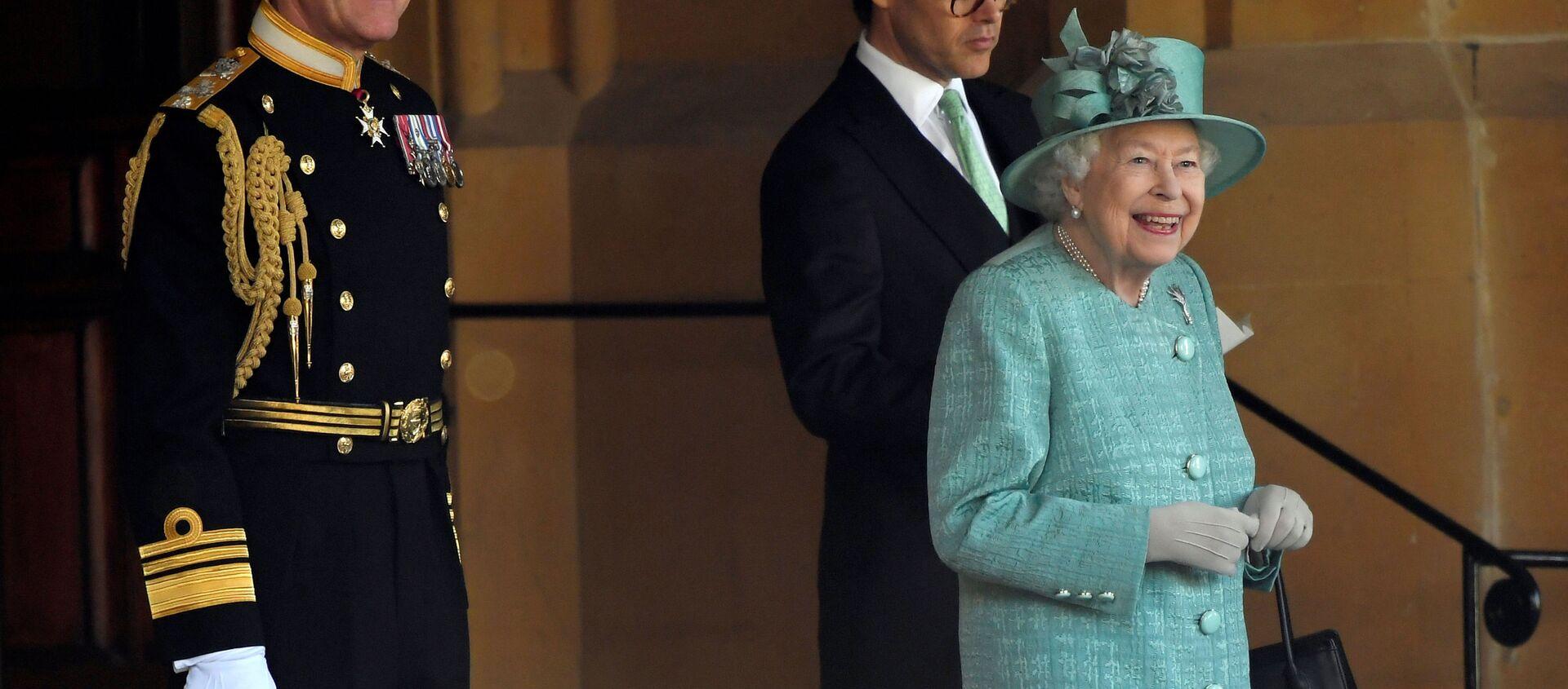 La reina Isabel asiste a una ceremonia ejecutada por soldados de la Guardia Galesa - Sputnik Mundo, 1920, 24.06.2020