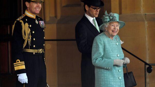 La reina Isabel asiste a una ceremonia ejecutada por soldados de la Guardia Galesa - Sputnik Mundo