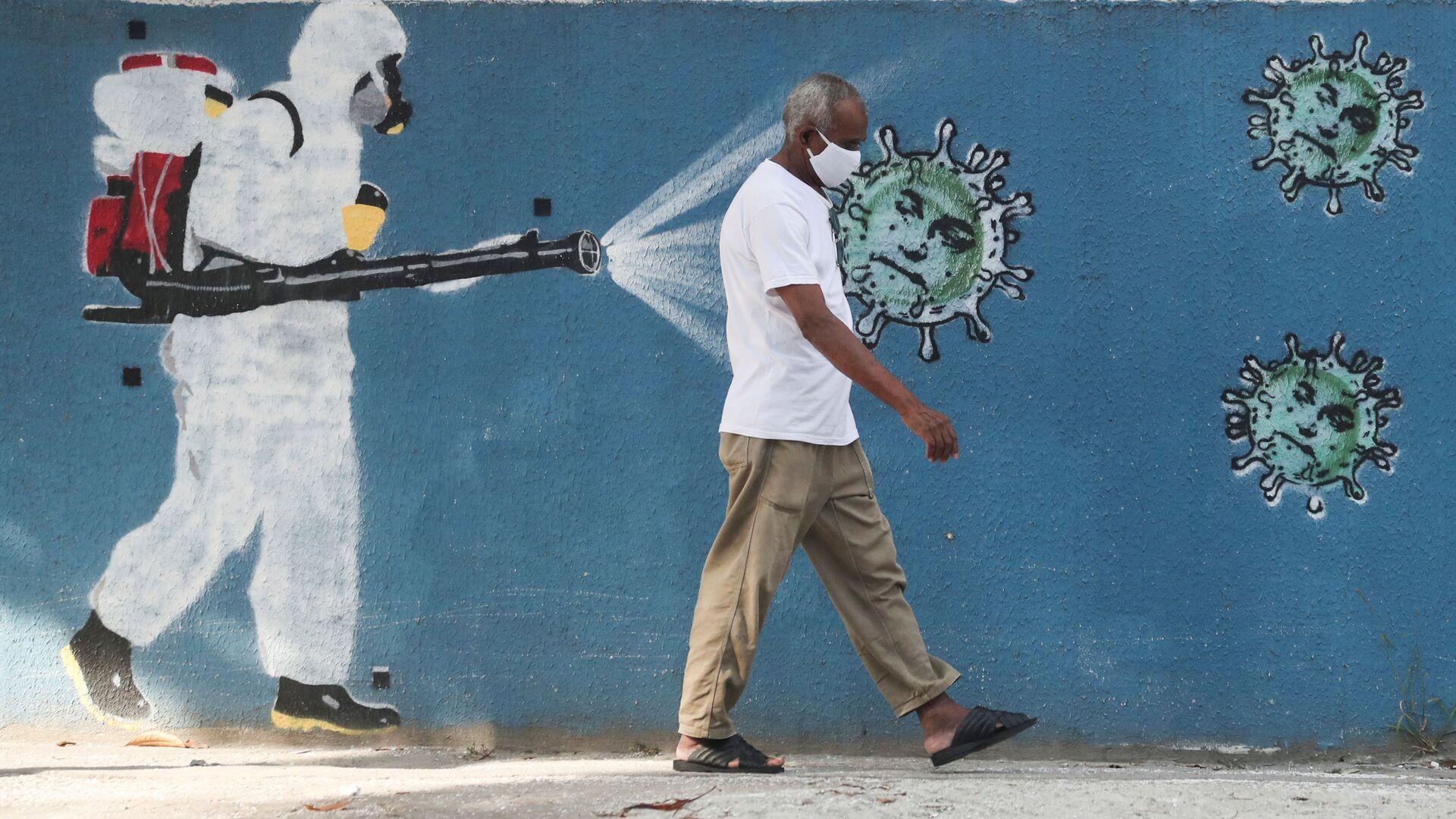 Un hombre caminando por las calles de Río de Janeiro, Brasil - Sputnik Mundo, 1920, 04.03.2021