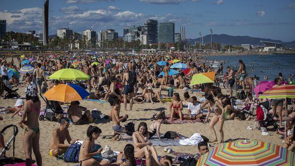 La playa de Barcelona repleta de personas que no respetan la distancia de seguridad - Sputnik Mundo