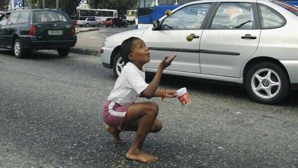 Una niña haciendo malabares en un semáforo en Brasil - Sputnik Mundo