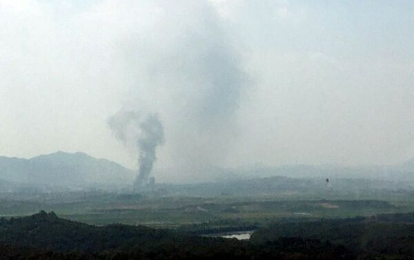 El humo tras la explosión de la oficina de enlace conjunto entre las dos coreas - Sputnik Mundo