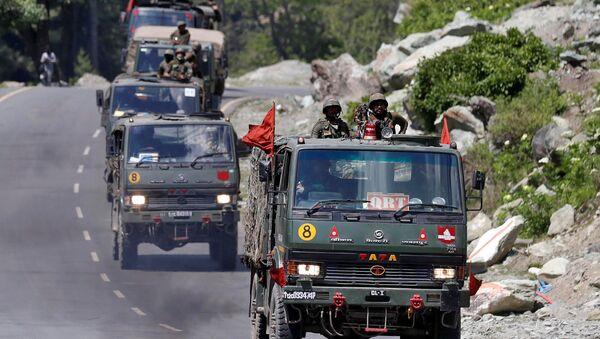 Vehículos militares indios en Cachemira - Sputnik Mundo