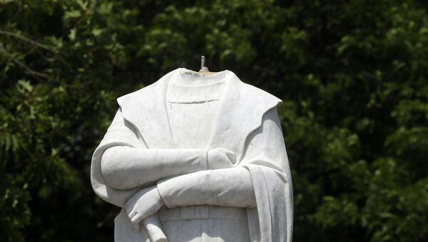 Una estatua de Cristóbal Colón en Boston decapitada por los manifestantes - Sputnik Mundo
