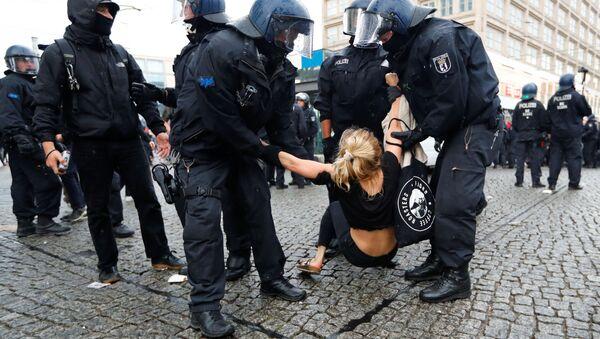 Detención de una manifestante, imagen referencial - Sputnik Mundo