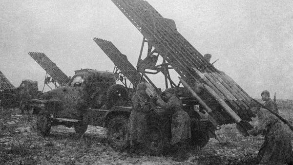Soldados del Ejército Rojo recargando el lanzacohetes BM-13 'Katiusha' - Sputnik Mundo