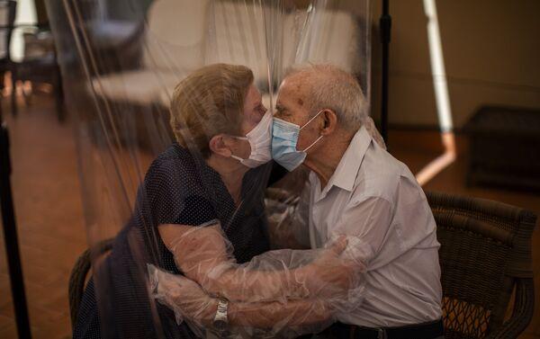 Reencuentro de Agustina Cañamero y Pascual Pérez después de 102 días separados por el coronavirus  - Sputnik Mundo