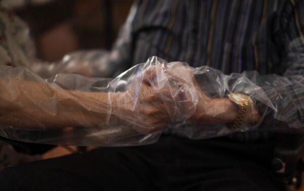 Reencuentro en una residencia de ancianos en Barcelona - Sputnik Mundo