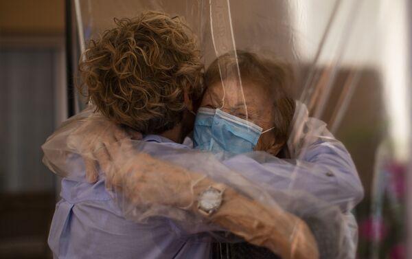 Isabel Pérez López, de 96 años, se reencuentra con su hija después de 100 días sin verse - Sputnik Mundo