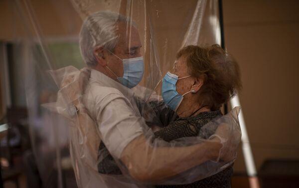 Isabel Pérez López, de 96 años, recibe un abrazo de su yerno José María Vila, de 69 años, en un hogar de ancianos en Barcelona - Sputnik Mundo