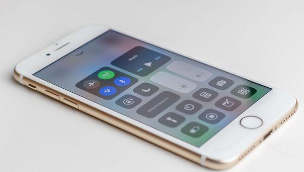 Un teléfono con el Bluetooth encendido - Sputnik Mundo