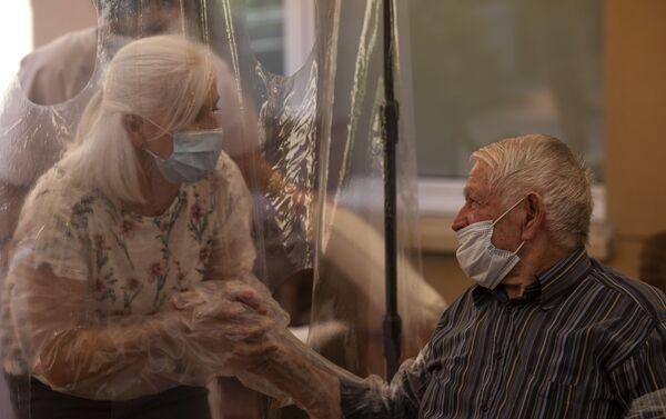 Reencuentro de Dolores Reyes con su padre después de cuatro meses separados - Sputnik Mundo