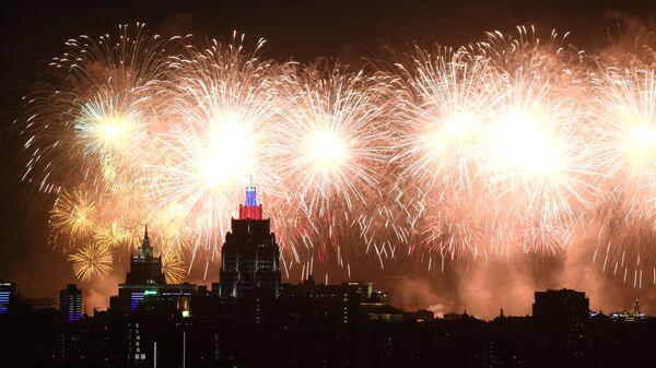 Espectáculo de fuegos artificiales en el cielo moscovita con motivo del Día de la Victoria - Sputnik Mundo