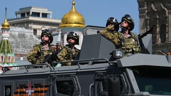 Los soldados rusos durante el Desfile de la Victoria - Sputnik Mundo