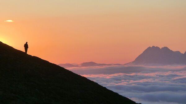 Una persona en lo alto de una montaña (referencial) - Sputnik Mundo
