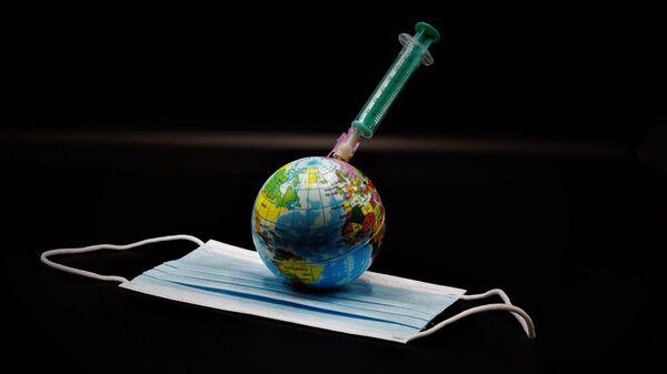Un globo, una vacuna y una mascarilla durante el brote de coronavirus en el mundo - Sputnik Mundo