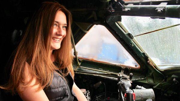 María Karmánova en la cabina del Tu-104 que está restaurando - Sputnik Mundo