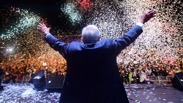 Andrés Manuel López Obrador celebra su triunfo en las elecciones presidenciales de 2018 - Sputnik Mundo