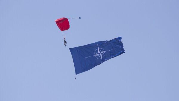 Un paracaidista con la bandera de la OTAN (imagen referencial) - Sputnik Mundo