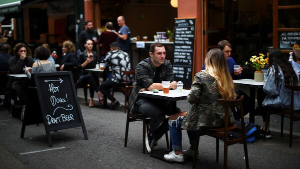 Un restaurante tras las restricciones por COVID-19 en Londres, Reino Unido - Sputnik Mundo