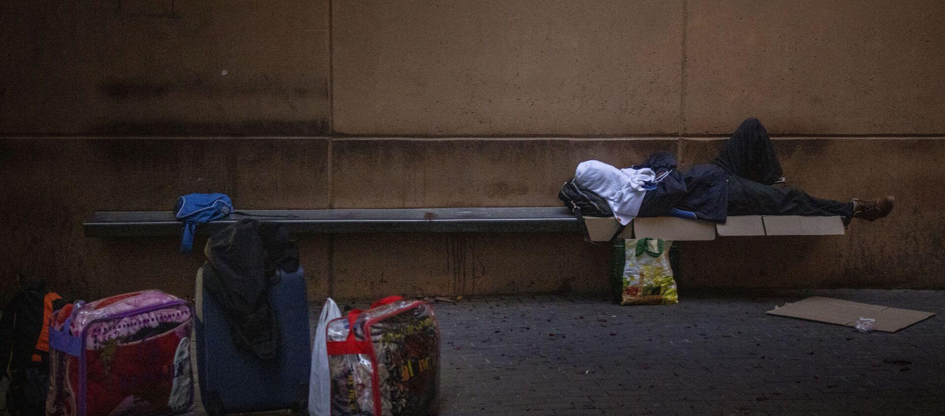 Un hombre duerme en una plaza en Lleida, España, el jueves 2 de julio de 2020 - Sputnik Mundo, 1920, 08.07.2020