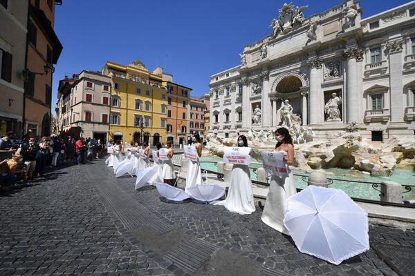 La rebelión nupcial: varias novias italianas protestan contra el aplazamiento de las bodas   - Sputnik Mundo