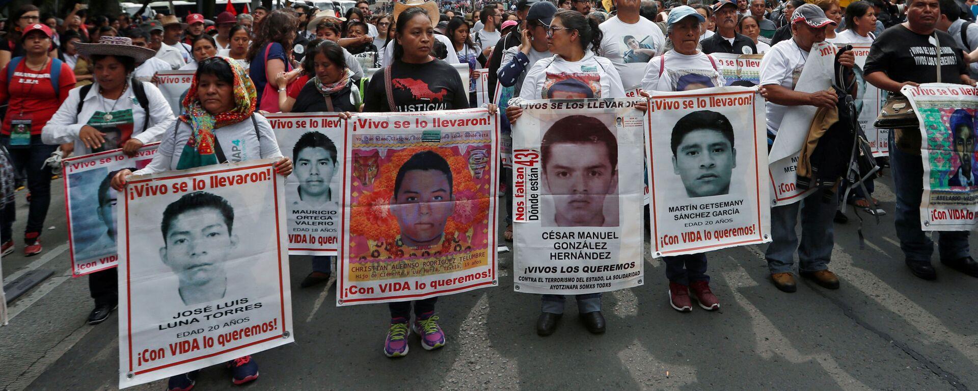 Los parientes sostienen carteles con fotos de estudiantes desaparecidos en una manifestación en México - Sputnik Mundo, 1920, 20.09.2021