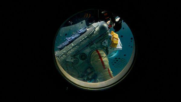 El cosmonauta de Roscosmos Oleg Artémiev durante el entrenamiento de una caminata espacial en el hidrolaboratorio del Centro de Entrenamiento de Cosmonautas Yuri Gagarin (archivo) - Sputnik Mundo