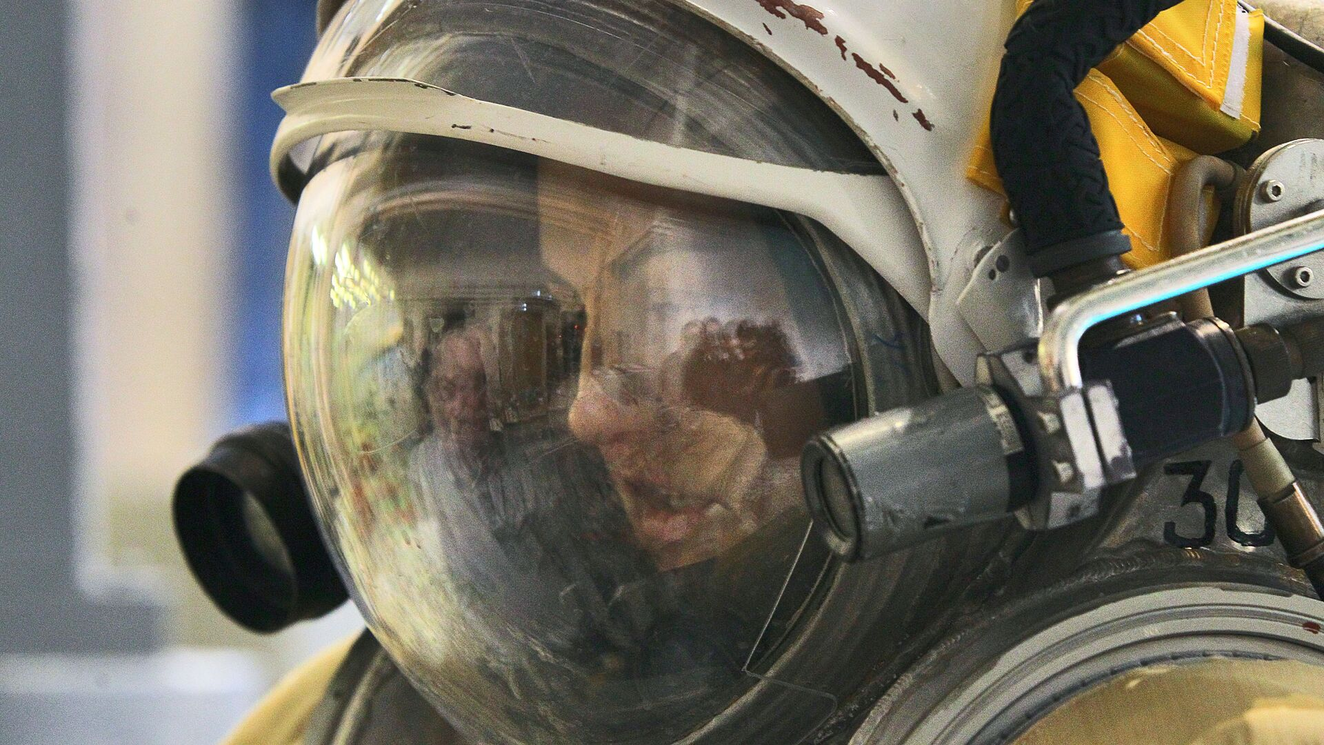 La cosmonauta de Roscosmos Elena Seróva se prepara para sumergirse en el hidrolaboratorio (2013) - Sputnik Mundo, 1920, 12.02.2021