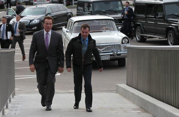 El presidente de Rusia, Dmitri Medvédev y el gobernador de California, Arnold Schwarzenegger en Moscú - Sputnik Mundo