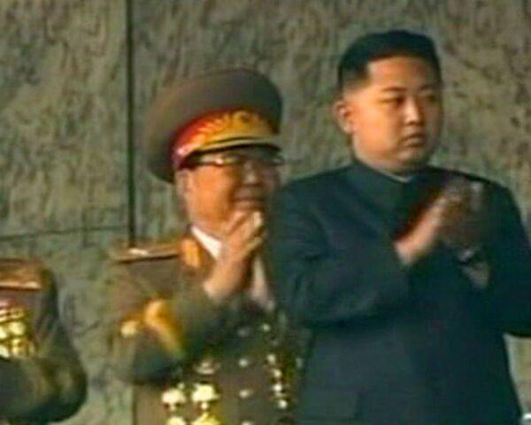 Líder norcoreano y su hijo menor presiden desfile militar_spa - Sputnik Mundo
