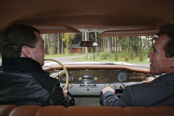 Dmitri Medvédev se reúne con Arnold Schwarzenegger  - Sputnik Mundo