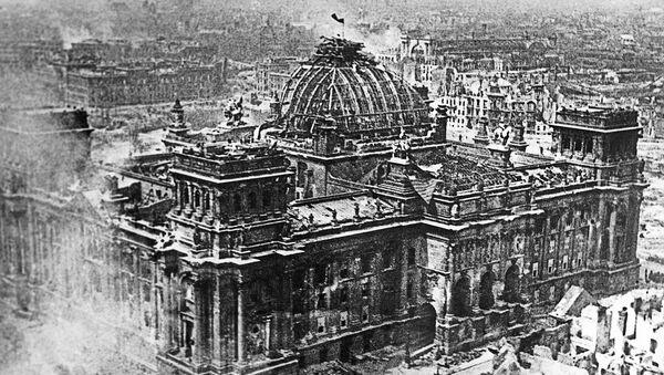 Bandera de la Unión Soviética sobre el Reichstag - Sputnik Mundo