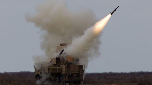 El sistema antiaéreo ruso Pantsir-S lanzando un misil durante unas maniobras - Sputnik Mundo