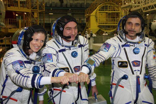 Los cosmonautas rusos Alexandr Skvortsov y Mijaíl Kornienko y su colega estadounidense Tracy Caldwell-Dyson - Sputnik Mundo